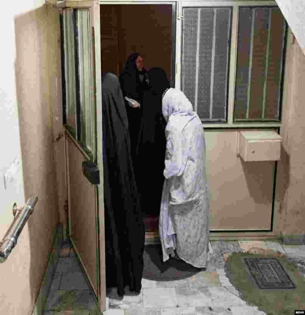 گروهی از ساکنان خانهای در شهریار از محل سکونت خود خارج میشوند.