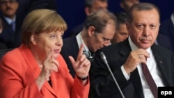Turkey -- GermanChancellor Angela Merkel (L) and Turkish President Recep Tayyip Erdogan attend the UN Humanitarian Summit in Istanbul, May 23, 2016