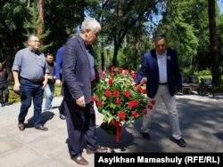 Слева направо — представители Форума «Новый Казахстан» Расул Жумалы, Амиржан Косанов, Дос Кушим.