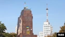 Порожній п'єдестал пам'ятника Леніну в центрі Харкова