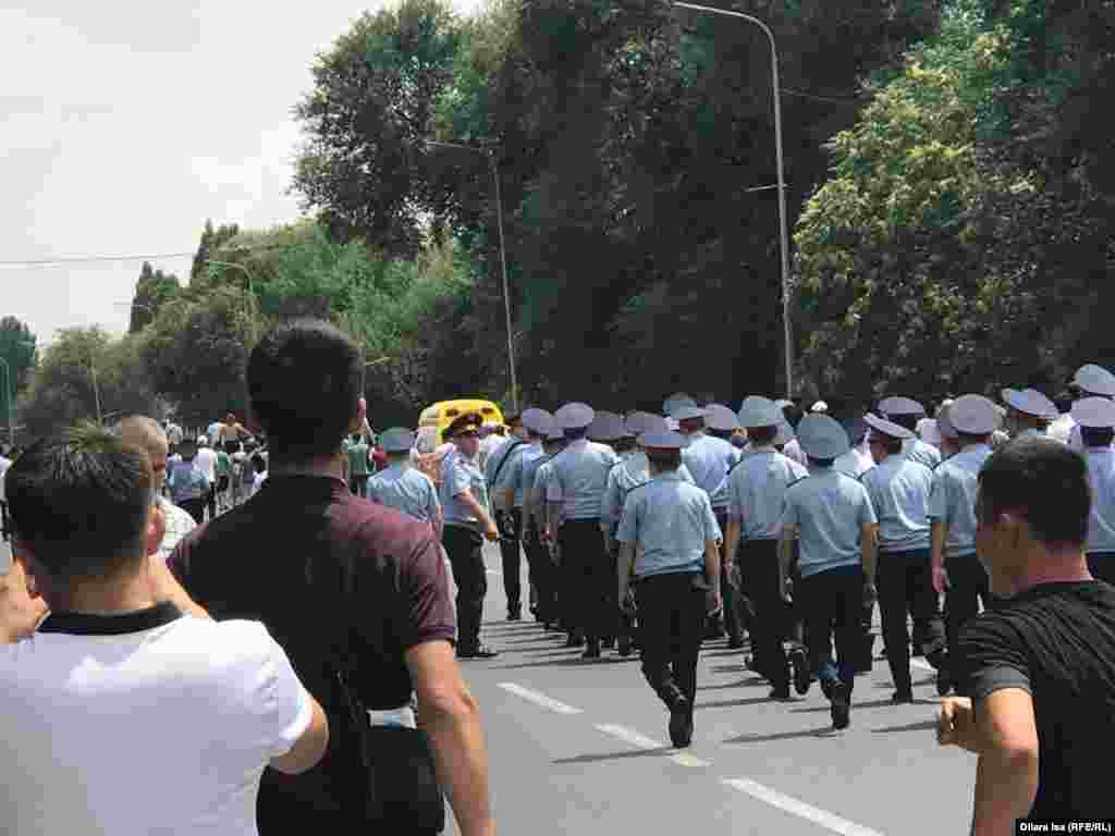 Параллельно с колонной недовольных арысцев шли сотрудники полиции.