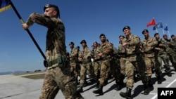 Italieni, membri ai forțelor de pace din Kosovo sub comandă Nato, la o ceremonie la Pristina