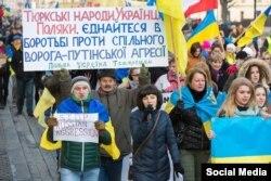 Акция в поддержку Украины. Второй слева в первом ряду – Рафис Кашапов, Польша, февраль 2015 года