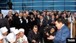 Американские ПЕН-клубовцы пожелали увидеть лауреата в Нью-Йорке. Сам Туркменбаши не смог сказать «нет»