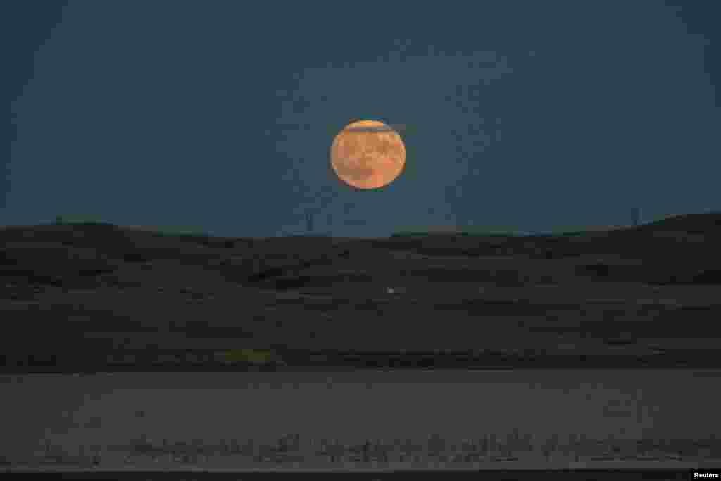 Луна на реке Миссури. Северная Дакота, США.