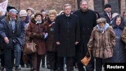 Прэзыдэнт Польшчы Браніслаў Камароўскі разам з былымі вязьнямі Асьвенціму