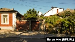 Старый дом зарос плющом и виноградом