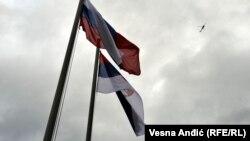 Національні прапори Сербії та Росії