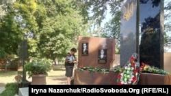Мати Героя України Тараса Сенюка Наталія поруч із портретом свого сина, Одеса, 20 червня 2019 року