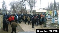 Десятки жителей собрались в центре села Бурыл Жамбылской области. 17 февраля 2016 года.