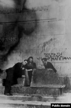У надгробия Канта. Вторая половина 1940-х гг. Автор неизвестен