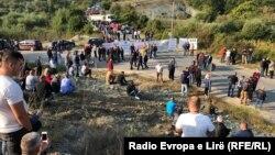 Блокада кај косовското село Бање, од каде требало да помине колоната на претседателот Вучиќ