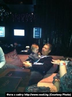 Марат Бакіеў з малодшым сынам у Менску