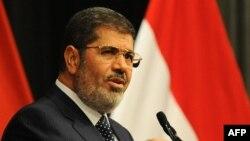 مرسی گفته است در این مورد (بیانیه ارتش) با او مشورتی نشده است و او برنامههای خود را برای رسیدن به «آشتی ملی» دنبال میکند