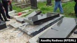 Oxşar hadisə bu ilin aprelindəŞiyəkəran kənd qəbiristanlığında da olmuşdu.
