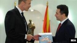 Архивска фотографија - Евроамбасадорот во Македонија Аиво Орав на премиерот Никола Груевски му врачува Извештајот за напредокот на Македонија кон ЕУ.