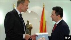 Евроамбасадорот во Македонија Аиво Орав на премиерот Никола Груевски му го врачи Извештајот за напредокот на Македонија кон ЕУ.