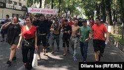 Арысцы проводят акцию протеста в Шымкенте, 27 июня 2019 года.