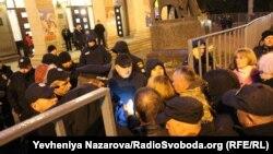 Активісти намагаються прорватися до місця проведення концерту Сергія Бабкіна у Запоріжжі, 14 жовтня 2017 року