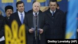 Революція гідності. Американський сенатор Джон Маккейн виступає на майдані Незалежності в Києві, 15 грудня 2013 року