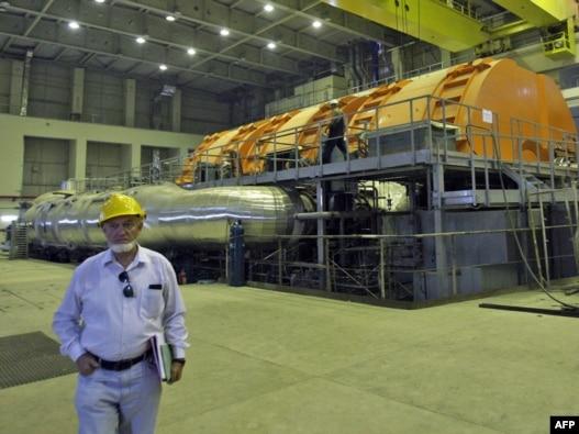یک تکنیسین روس در داخل نیروگاه بوشهر