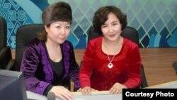 Гүлзия Вали кызы «Шинжаң эл радиосунун» кыргыз бөлүмүндөгү кесиптеши менен