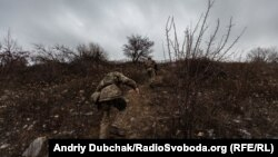 Українські військові піднімаються на терикон поблизу Новотроїцького, Донецька область, 7 грудня 2019 року