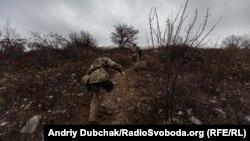 Українські військові піднімаються на терикон поблизу Новотроїцького, грудень 2019 року