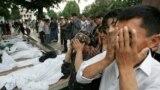 Андиҷон, моҳи маи соли 2005. Маросими дафни қурбониён