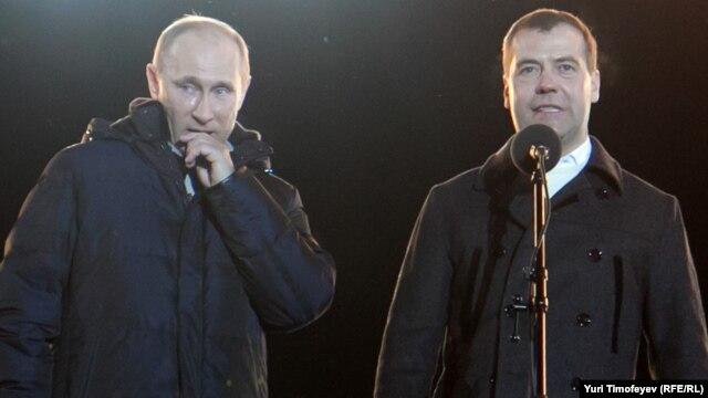 Владимир Путин и Дмитрий Медведев во время выступления на Манежной площади 4 марта 2012