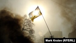 Украинский флаг на баррикадах на улице Грушевского