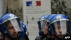 Թուրքիա - Ոստիկանությունը պահպանում է Ստամբուլում Ֆրանսիայի հյուպատոսությունը` ֆրանսիական խորհրդարանի կողմից Հայոց ցեղասպանության ժխտման համար քրեական պատիժ սահմանող օրինագծի ընդունումից հետո, 22-ը դեկտեմբերի, 2011թ.