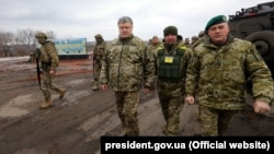 Ілюстративне фото. Президент Петро Порошенко (в центрі) із військовими в місті Золоте Луганської області, що неподалік фронту, 16 березня 2018