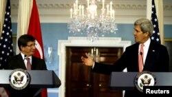 Sekretari amerikan i shtetit John Kerry (djathtas) gjatë një konference për gazetarë me ministrin e jashtëm të Turqisë Ahmet Davutoglu në Uashington