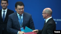Министр энергетики Казахстана Канат Бозумбаев (в центре).