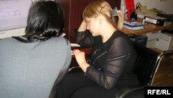Девушка с ограниченными возможностями разговаривает с коллегой. Казахстан, апрель 2009 года.