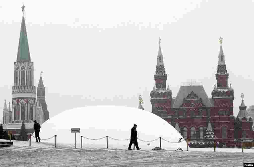 Lenin sub... zăpadă: un mausoleu temporar peste veșnicul mausoleu din Piața Roșie de la Moscova (27 decembrie 2012)