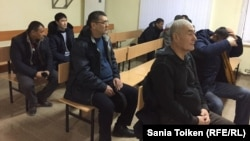 Работники Oil Construction Company сидят в суде. Актау, 23 января 2017 года.