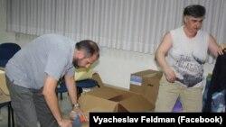 Волонтери передають Україні гуманітарну допомогу (В'ячеслав Фельдман зліва). Ізраїль