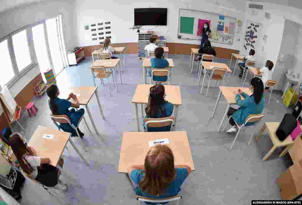 Учні дотримуються дистанції в класі у Всесвітній міжнародній школі в Турині 1 вересня. Напередодні офіційної дати початку навчань, 14 вересня, італійські школи раніше відкривають додаткові класи для тих учнів, які відстали у навчанні під час пандемії