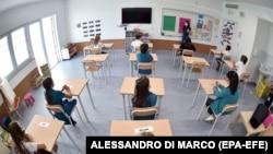 Учебный класс в итальянской школе, организованный по новым санитарным правилам. Турин, 1 сентября 2020 года.