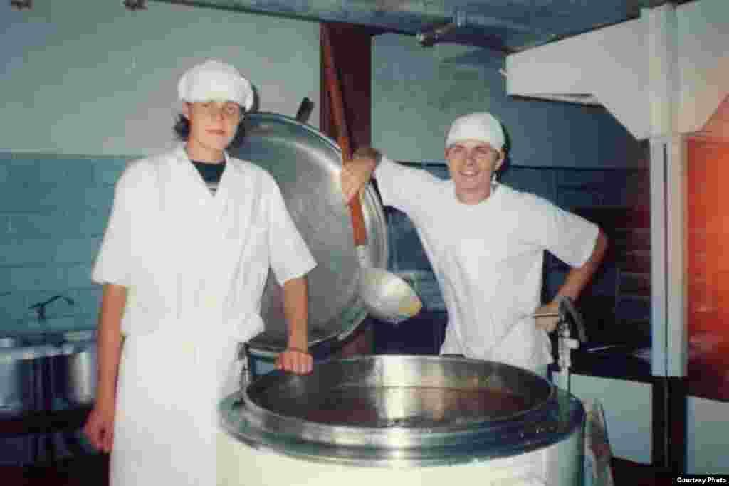 Повар-кондитер. Фото сделано в 2004 году, в лицее №10 в Иссык-Кульской области. На фото Владимир. Сейчас он работает в кондитерской компании в Бишкеке.