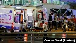 У стамбульского аэропорта имени Ататюрка после атаки. Стамбул, 28 июня 2016 года.