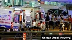 У терминала стамбульского международного аэропорта, где вечером во вторник прогремели взрывы. Стамбул, 28 июня 2016 года.