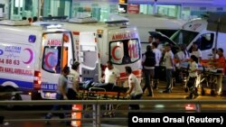 "Kola Hitne pomoći odvoze povređene sa aerodroma ""Ataturk"" u Istanbulu, 28. jun 2016."