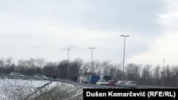 Поліція блокує дорогу до спортивного центру, де мав відбутися матч між Косово й Сербією, 23 березня 2018 року