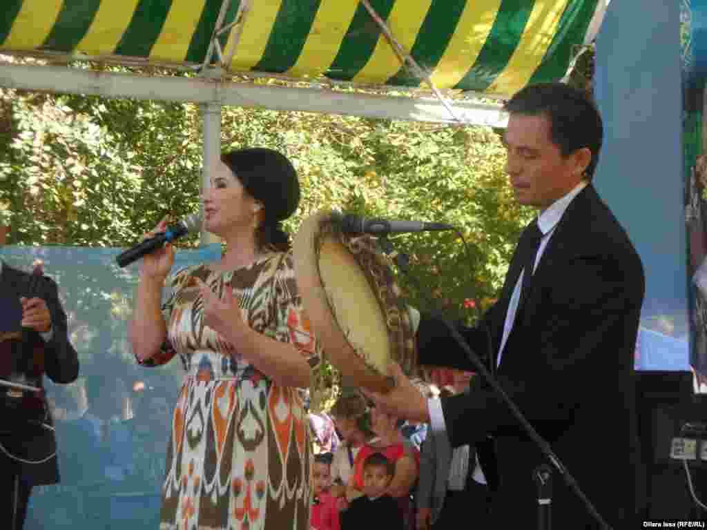 Музыканты на празднике узбекского культурного центра.