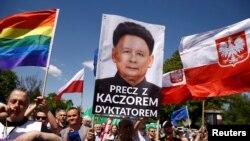 Демонстранттар Ярослав Качиьнскини диктаторго, Түндүк Корея лидери Ким Чен Ынга теңешти.