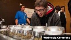 АКШнын Колорадо штатында марихуананы ачык сатууга мыйзам уруксат берет. 2014-жыл