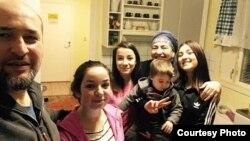 Малик и Хадижат Гатаевы со своими приемными детьми